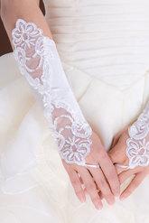 Перчатки и боа - Атласные перчатки с вышивкой белые