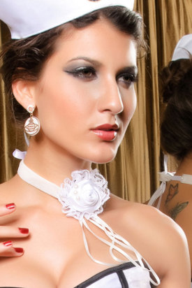 Белое ожерелье готическая роза