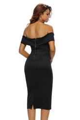 Черное платье с вырезом галочкой